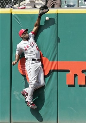Torii Hunter can't catch the ball off the wall.jpg