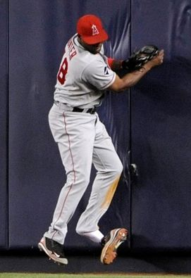 Torii Hunter loses his shoe as he goes into the outfield wall.JPG