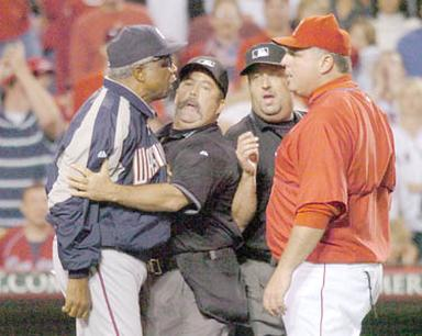 Mike Scioscia and Frank Robinson have a confrontation.jpg